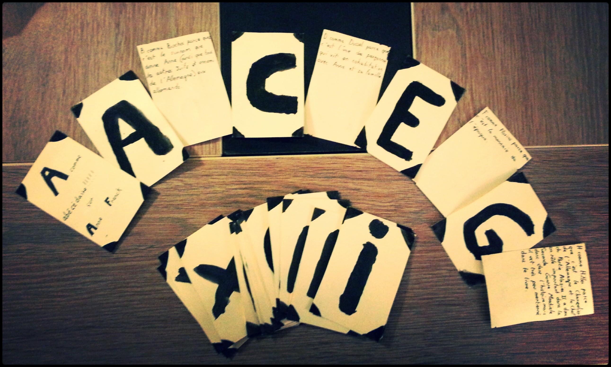 Abécédaire sous forme de cartes, avec justification au dos de chaque carte.